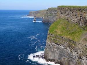 Cliffs Of Moher: Localizado no condado de  Claire, na República da Irlanda. As falésias de Moher são a atração mais visitada da Irlanda. Ela possui no seu ponto mais alto 214m/700 pés e uma enorme extensão de 8 quilômetros sobre o Oceano Atlântico. Das falésias é possível ver as Ilhas de Aran e a Baía de Galway.