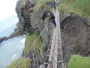 Carrick-a-rede rope bridge:  É uma ponte suspensa de cordas situada perto de Ballintoy, condado de Antrim, Irlanda do Norte. Ela tem 20 metros de comprimento e 30 metros de altura. Possui uma vista linda e o caminho até ela é privilegiado com uma fauna e flora incrível.