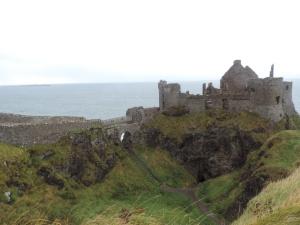 Dunluce Castle:  Está localizado na Irlanda do Norte no condado de Antrim e é datado do século 14. Seu nome significa