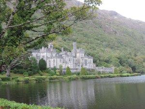 Kylemore Abby: Está localizado em Connemara, condado de Galway na República da Irlanda. É um castelo construído como residência particular da família Mitchel Henry em  1860. Desde 1920 funciona como beneditino mosteiro. O terreno possui 3700m² e possui jardins lindos.