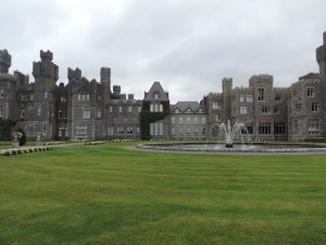 Ashford Castle: Está localizado no condado de Mayo na República da Irlanda. É um castelo medieval que foi ampliado ao longo do tempo e hoje funciona como um luxuoso hotel 5 estrelas. Sua construção é datada do século XII e séculos depois pertenceu a família Guiness.