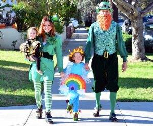 Alyson Hannigan e sua família 'irlandesa' saem para o